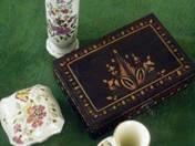 2 db Zsolnay váza, 1 db Zsolnay bonbonier, 1 db faragott díszboboz (F. Gy. kis asztalkájáról)