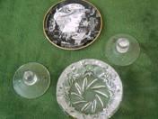 1 db Hollóházy kistányér, 1 db 24%-os kristály hamutartó, 2 db üveg gyertyatartó