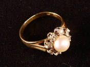 Gold Ring with Dimamonds and Pearl